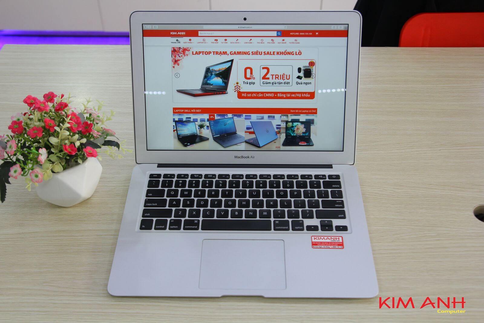 Kiểm tra tổng thể ngoại hình và cấu hình laptop cũ