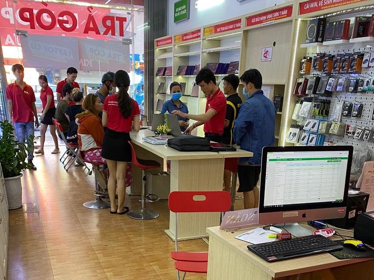 Khách hàng mua laptop cũ trả góp tại Kim Anh