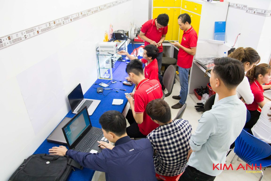 Khach hang tham quan mua sam tai Kim Anh Computer Quang Ngai