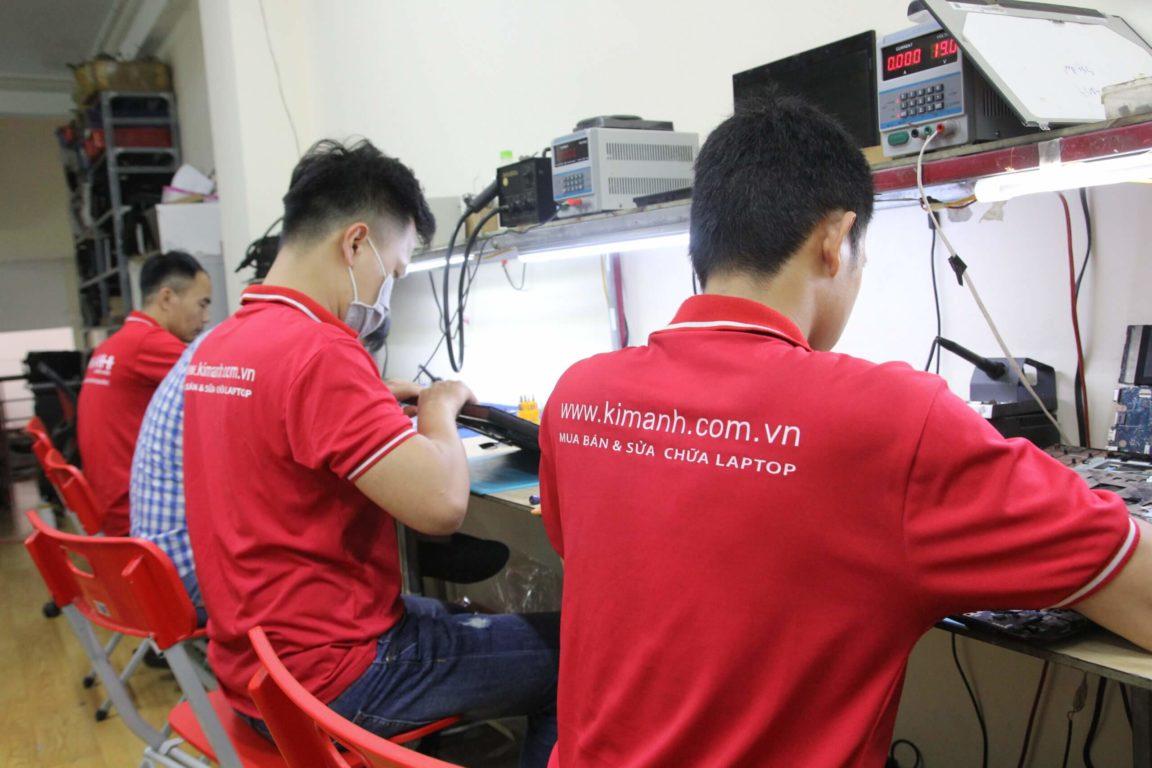 Học viên thực hành sửa chữa mainboard laptop tại trung tâm